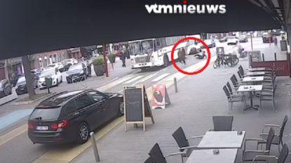 VIDEO. Transmigranten ontsnappen via dakraam uit politiebus in Rijkevorsel
