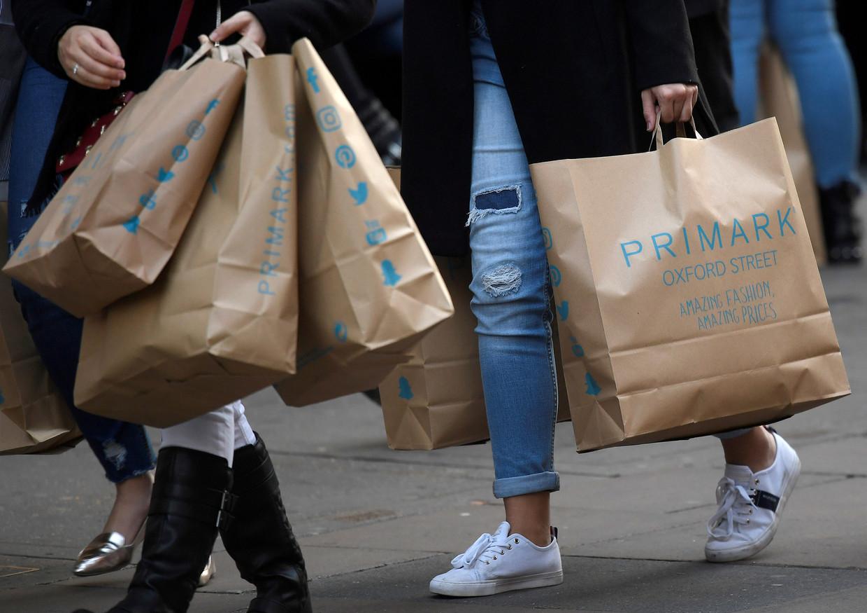 Spotgoedkope modemerken zoals Primark stimuleren de wegwerpcultuur. Beeld REUTERS