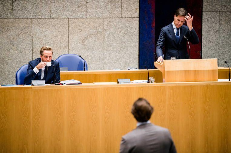 Minister Hugo de Jonge van Volksgezondheid, Welzijn en Sport (CDA) en Premier Mark Rutte, Thierry Baudet (FvD)  tijdens het Tweede Kamer debat over het coronavirus. Het virus is sinds het laatste coronadebat begin september bezig aan een flinke opmars. Beeld ANP