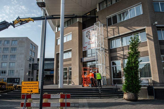 Bij de ingang van het stadskantoor worden metalen geraamtes geplaatst waar groen tegenaan moet groeien.