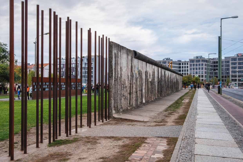 Berlin Wall Memorial. Op de achtergrond: de portrettenwand met burgers die hun ontsnappingspoging niet overleefden.