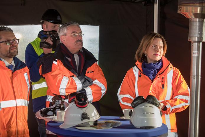 Minister Cora van Nieuwenhuizen (rechts) tijdens haar bezoek aan Het Reevediep in februari 2018.