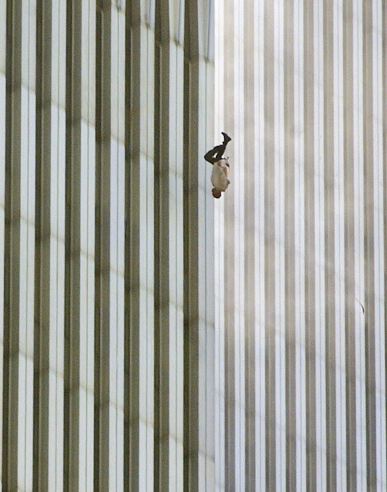 Falling Man - Man die van de WTC-toren springt (Richard Drew, New York, 2001). Beeld AP