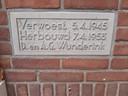 De gedenksteen in de gevel van de boerderij aan de Bronsbergen in Zutphen.