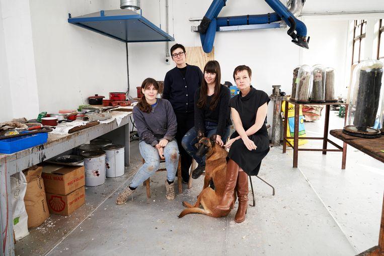 (vlnr) Leda Devoldere, Berlinde De Bruyckere, Anna De Paepe, hond Rena en Katrien Driesen. Beeld Joris Casaer