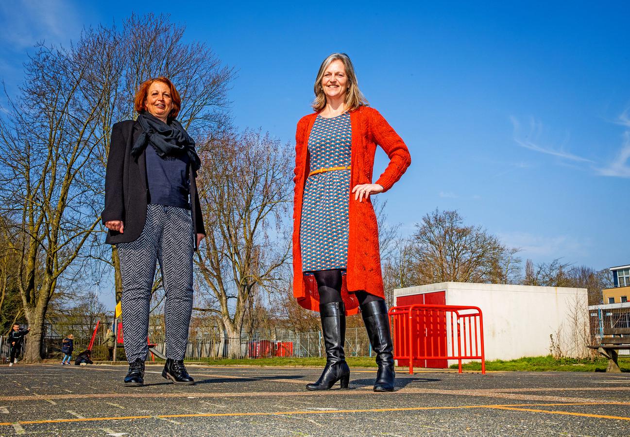 Directeuren Suzanne van Burik en Gertine Hazelaar staan op het schoolplein dat volledig vernieuwd wordt.