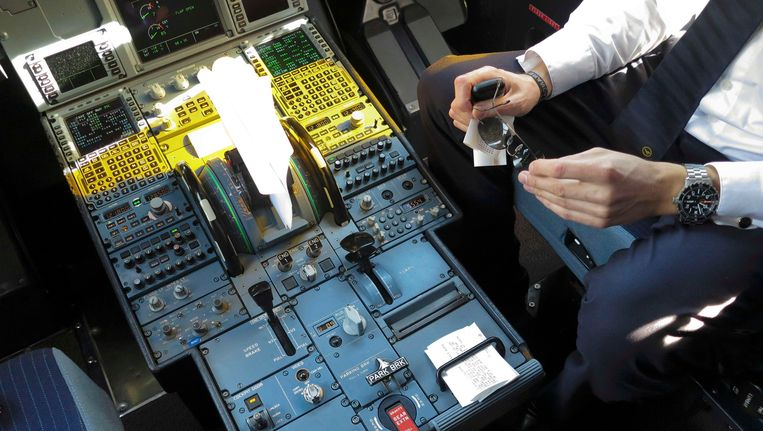 Een piloot in de cockpit van een Airbus A321. Beeld reuters