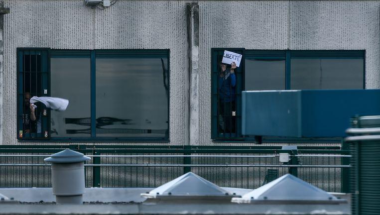 De vakbond CSC voert actie aan het gesloten centrum 127bis voor de vrijlating van sans papiers die vrijdagavond bij een politie-controle gearresteerd werden bij kunstencentrum Globe-Aroma in Brussel. Beeld Photonews