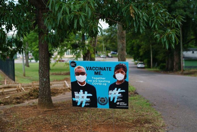 Een bord wil mensen aanzetten om zich te laten vaccineren, in Birmingham, Alabama.
