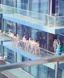 Dubai deporteert de groep die een naakte fotoshoot organiseerde op een balkon van een wolkenkrabber.