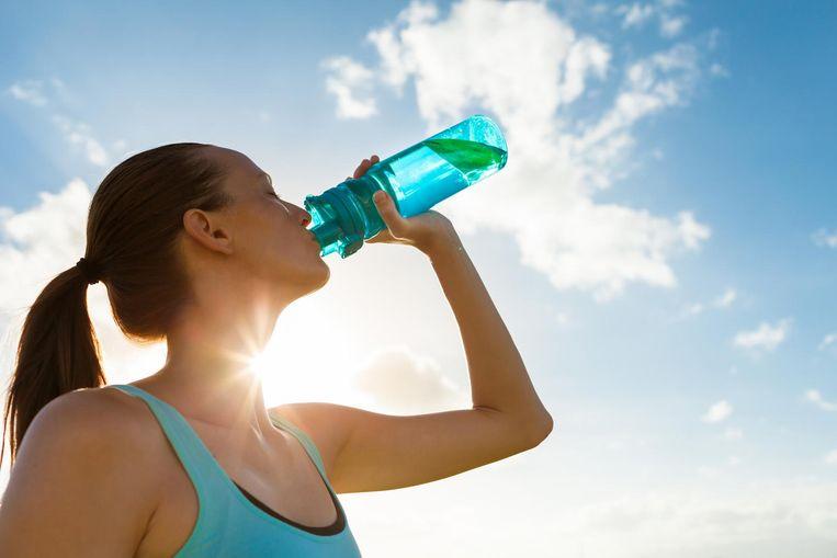 Van koud water wordt beweerd dat het je metabolisme boost, omdat je energie nodig zou hebben om het vocht op lichaamstemperatuur te krijgen bij het verwerken ervan.