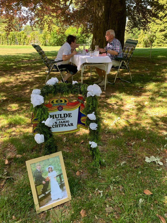 Jos en Annie Rikhof genieten van hun schnitzel in de tuin van hotel De Wilmersberg in De Lutte.