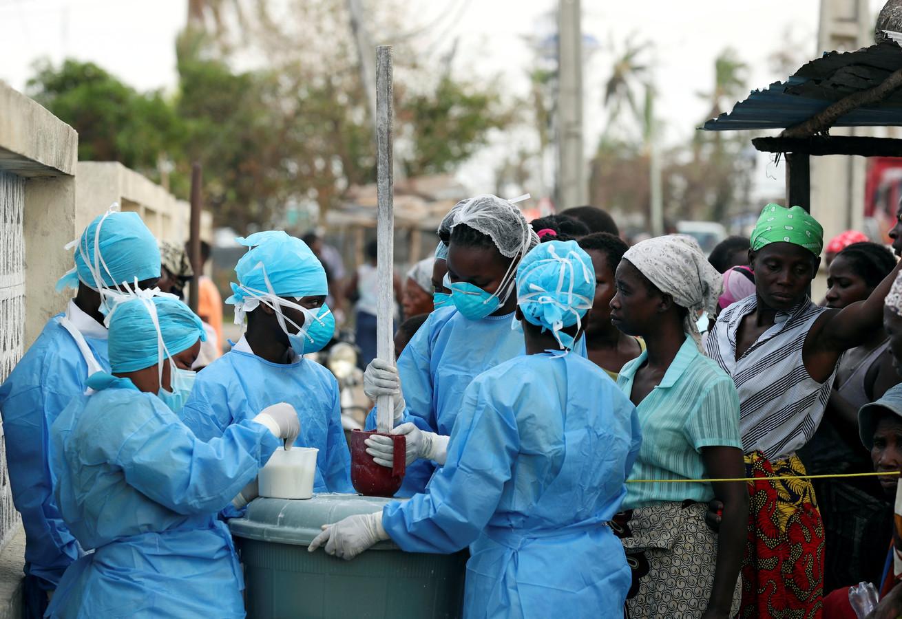 Hulpverleners in Beira desinfecteren het water.