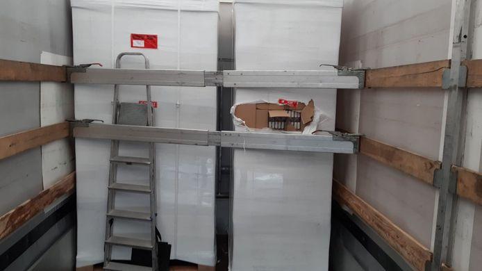 De illegale sigaretten van slechte kwaliteit stonden al netjes geladen in een oplegger, die ook werd aangetroffen in de loods in Elverdinge.