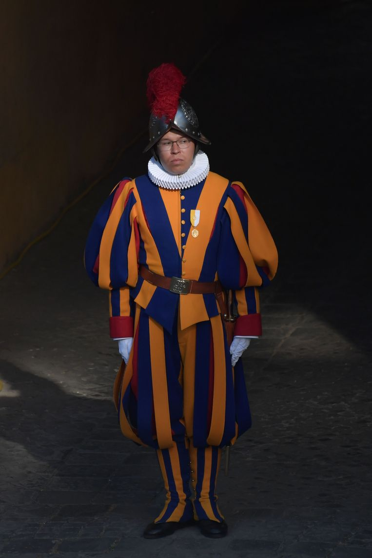 Een lid van de Zwitserse Garde, het folkloristische leger van Vaticaanstad. Beeld ANP