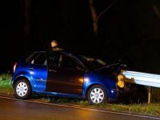 Automobilist die tegen vangrail aanreed spoorloos; inzittende mee naar ziekenhuis
