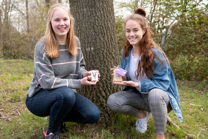 Stella Crezée (links) en July-Anne van Duin met hun zelf bedachte Lavarazeep.