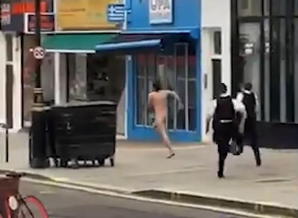 Trois policiers ont été filmés en train de poursuivre un suspect nu alors qu'il déambulait devant des magasins et des entreprises en cette période hivernale.
