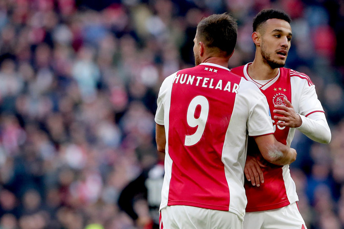Noussair Mazraoui en Klaas-Jan Huntelaar.