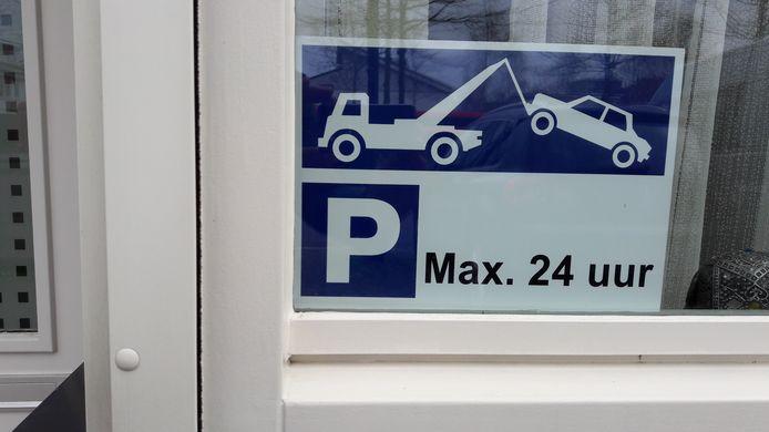 Om het parkeren door Airport-reizigers tegen te gaan, hebben veel bewoners van de Zanddreef waarschuwingsbordjes voor het raam geplaatst. Eerder waren deze aan palen bevestigd, maar die heeft de gemeente verwijderd.