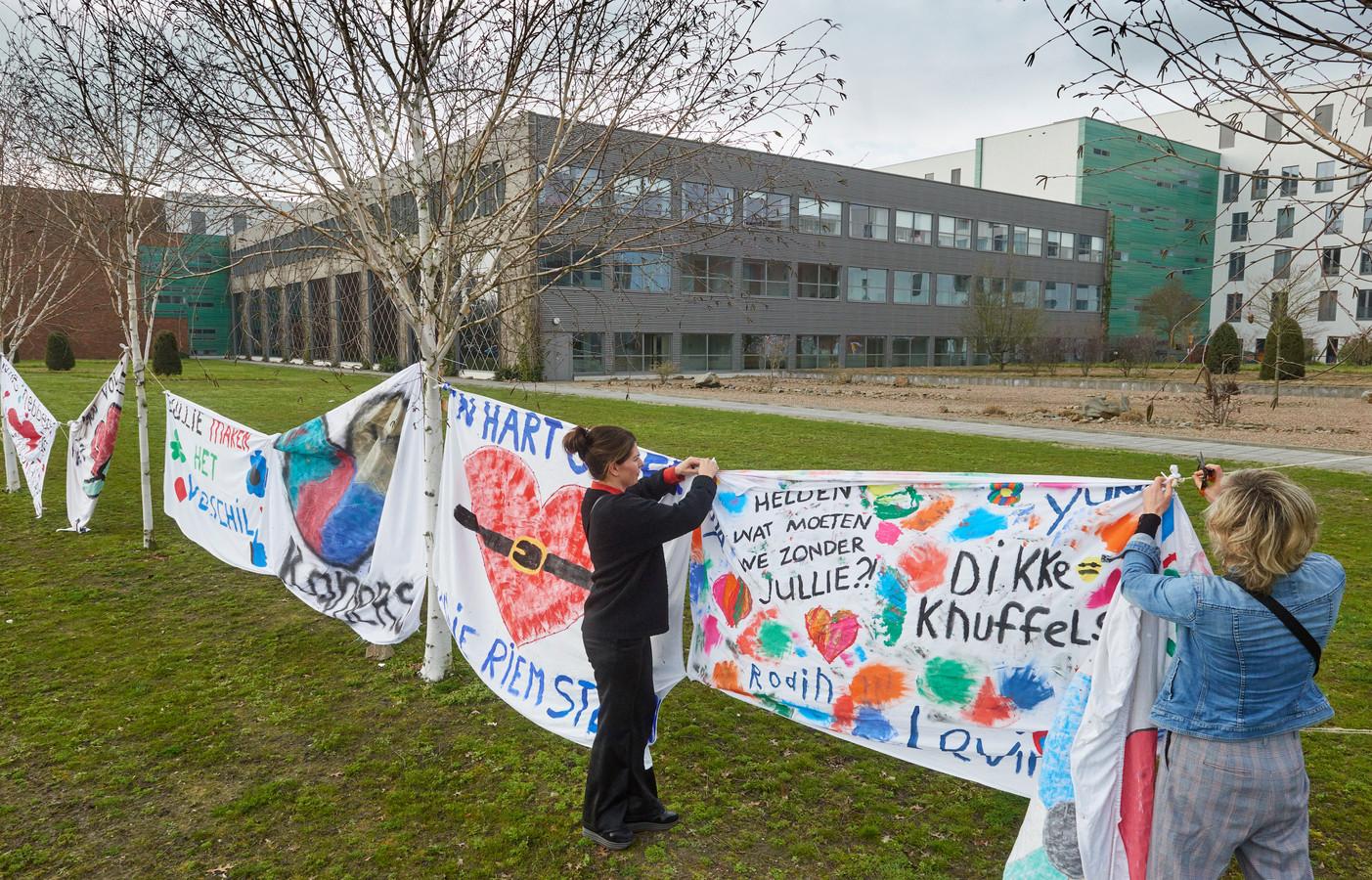 Buurtbewoners hangen spandoeken op bij ziekenhuis Bernhoven in Uden.
