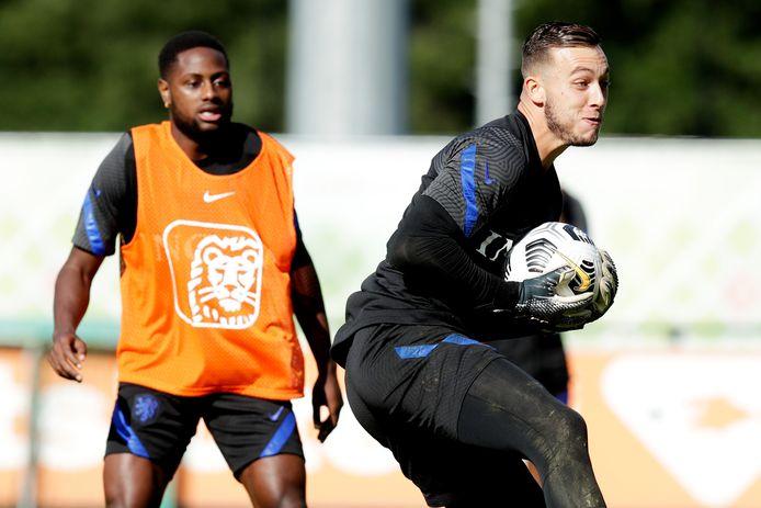 Deyovaisio Zeefuik en Justin Bijlow vandaag op de training van Jong Oranje in Zeist.