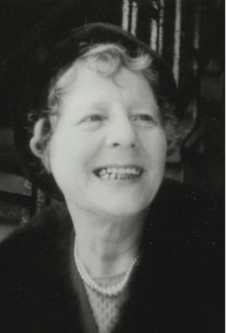 Mieneke van Veen (1905- 1996) haalde Paula uit de Joodse crèche, een dag voor- dat die door de Duitsers werd leeggehaald. Samen met haar achternicht Map Zethof hielp Mieneke bovendien haar buren bij het beschermen van hun Joodse onderduikers. In haar nalatenschap bevindt zich een kerststalletje met de inscriptie 'Gerard Willard 23 dec 1943 onderduiker'. Over hem is verder niets bekend. Beeld Collectie familie Van Lammeren-Zethof.