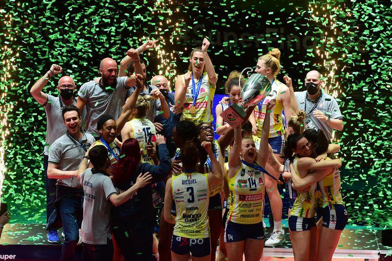 Imoco Conegliano viert feest. De volleybalploeg won zaterdag de Champions League.  In het midden op de achterste rij Robin de Kruijff. Beeld Foto Getty Images