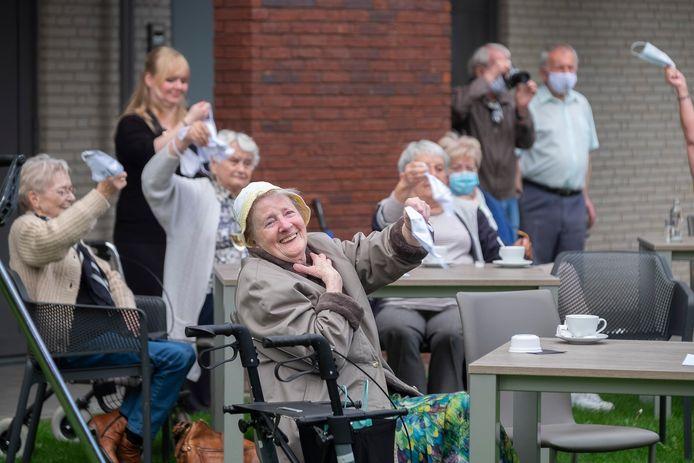 De bewoners van 't Hof van Waerloos genieten van het optreden van Willy Sommers.