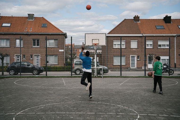 Basketballen in een sociale woonwijk in Lier.   Beeld Wouter Van Vooren
