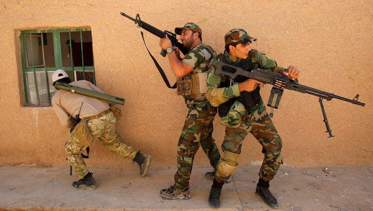 Sjiitische strijders in de buurt van Tikrit, in het noorden van Irak. Beeld Reuters