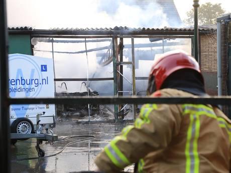 Loods rijschool Helmond volledig verwoest door brand, asbest vrijgekomen