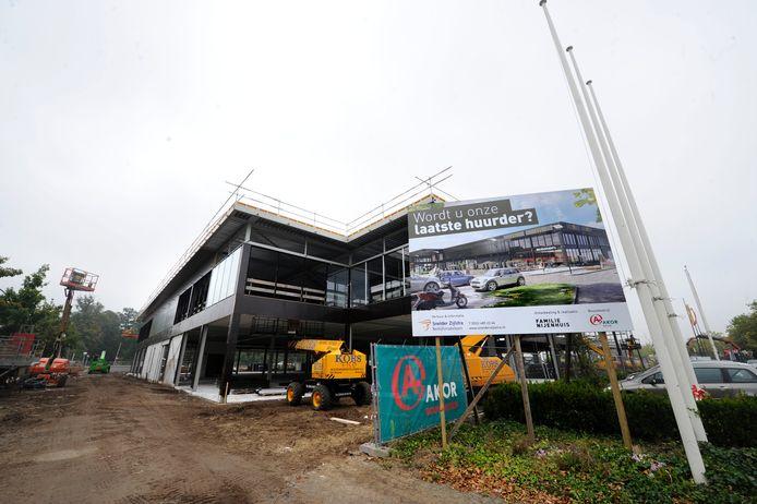 Op het meubelplein Schuttersveld wordt druk gebouwd zoals hier aan de nieuwbouw van de firma Nijenhuis. Inmiddels zijn de bouwvakkers al weer een stuk verder.