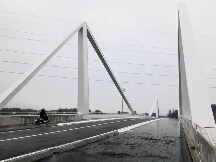 De nieuwe brug beschikt over opvallend brede fietspaden