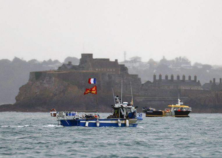 Franse vissersschepen protesteren tegen wat zij 'visbeperkende maatregelen' noemen voor de haven van Saint Hellier op Jersey.  Beeld AFP