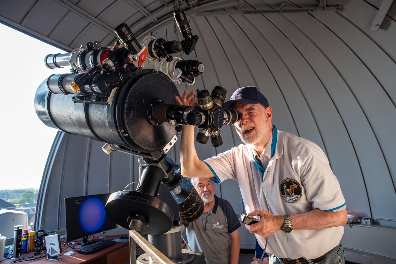 Hans Pepers (links) en Carlo Jenniskens (rechts) bij de telescoop van Sterrenwacht Tivoli in Oudenbosch