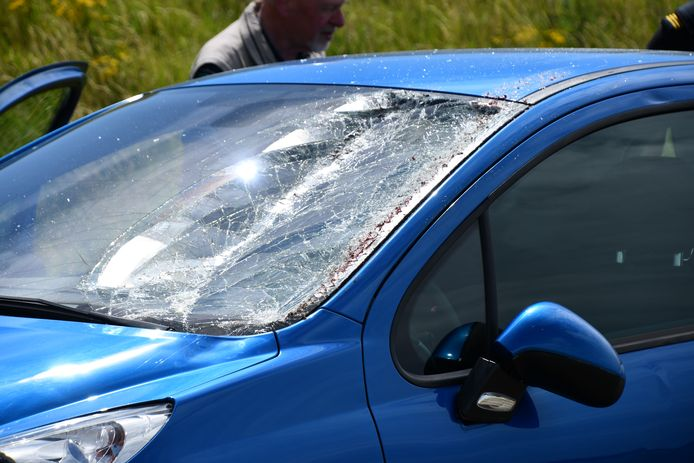 De auto raakte flink beschadigd.
