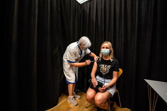De laatste coronavaccinatie is uitgedeeld in Rijnstate. Oud-verpleegkundige Elly Beek zet hem in de arm van verpleegkundige Aniek Derksen.