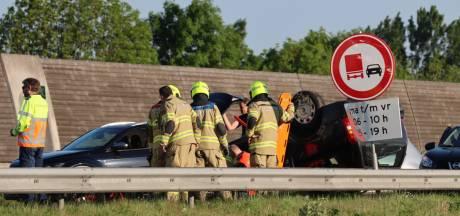 Auto slaat over de kop bij ernstig ongeval door spookrijder op A30 bij Ede; politie zoekt getuigen