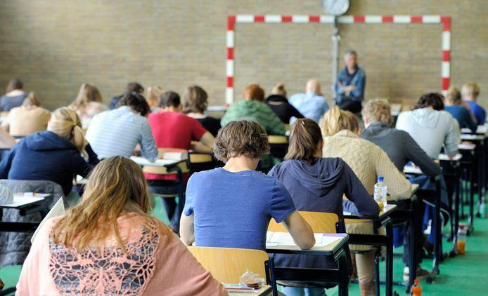 Leerlingen zwoegen op hun eindexamen.