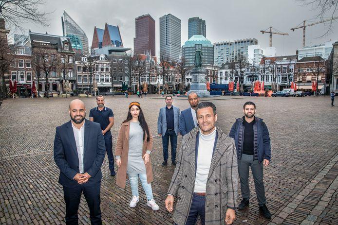 Denk wil volgend jaar ook met een aantal zetels in de Haagse gemeenteraad. Partijleider Farid Azarkan (rechts voor). Achter hem staat het Haagse 'çampagneteam' met onder anderen Abdoel Haryouli (links). Hij benadrukt dat Denk Den Haag zich vooral gaat richten op lokale thema's.