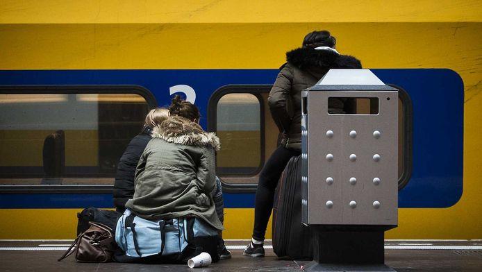 Reizigers op Amsterdam Centraal, afgelopen maart. Na een grote stroomstoring reden er geen treinen meer.