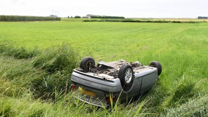 Auto op z'n kop aangetroffen onderaan dijk Stavenisse