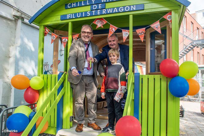 Schepen Karim Van Overmeire en burgemeester Christoph D'Haese kwamen de stillen wagen openen.