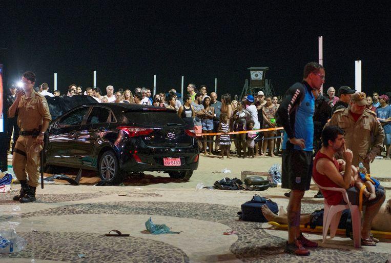 De auto staat nog op de boulevard, gewonden mensen liggen er omheen.