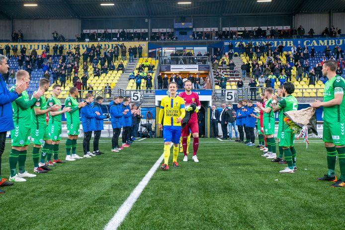 De Graafschap-spelers vormden vorige week een erehaag voor kampioen Cambuur. De Doetinchemse club wil nu zelf het middelpunt van de feestvreugde worden.