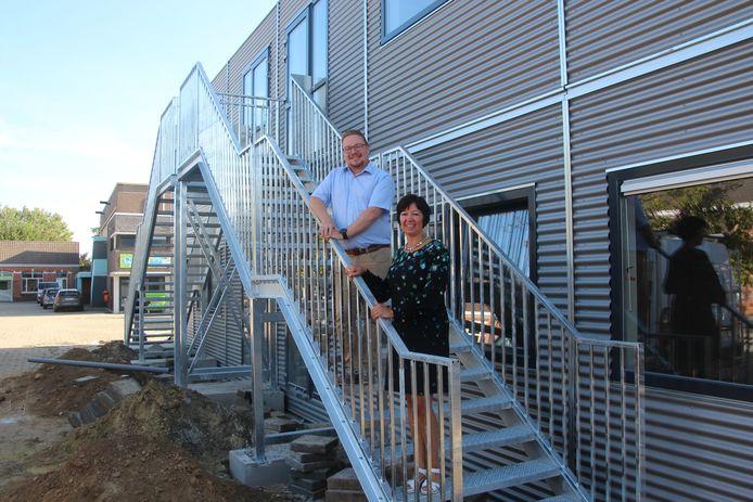 Adjunct-directeur Tim De Gendt en directeur Hilde De Smet bij de nieuwe klasunits.