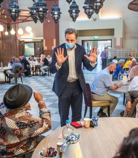 Hugo de Jonge bezoekt blije Haagse ouderen: 'Bent u een rock-'n-roll-type?'