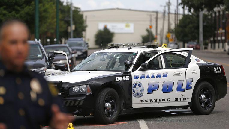 Een politieauto voor het politiebureau in Dallas, waar de schietpartij plaatsvond.