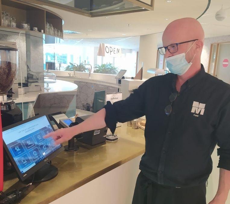 Eric Stoel, barista bij het Sign Language Café, wijst gebaren aan op het scherm. Beeld Eigen foto